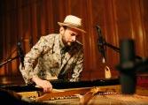 Aron Ottignon schlägt die Klavierseiten direkt an Foto Kien Hoang