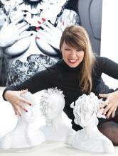Juliette Clovis mit drei weißen Porzellanbüsten