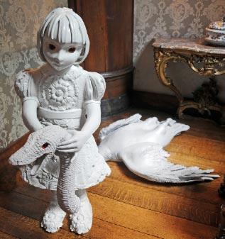 lebensgroße Skulptur von Kim Simonsson Mädchen mit Drachenkopf Foto Jefunne Gimpel